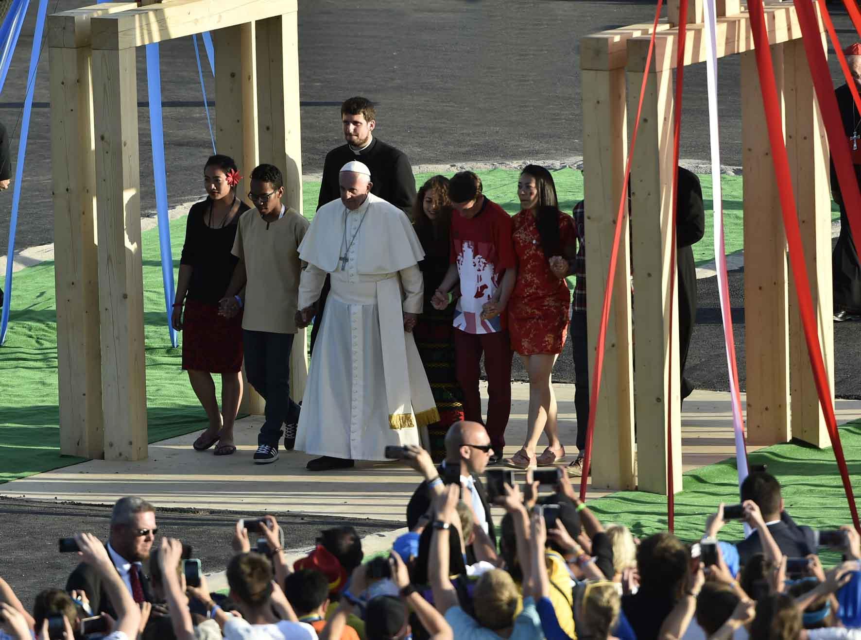 Cracovia, 30 luglio 2016. GMG 2016 Papa Francesco attraversa la Porta Santa realizzata presso il Campus Misericordiae